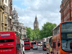 800px-Whitehall_Street_Traffic